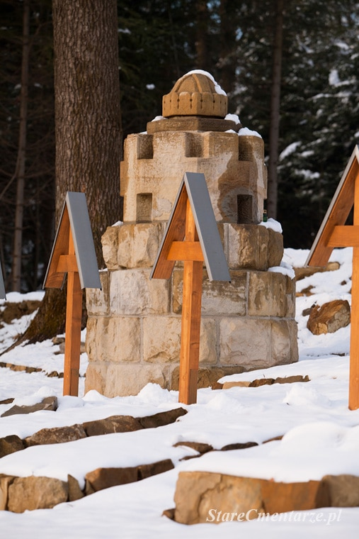 pomnik z koroną św. Stefana