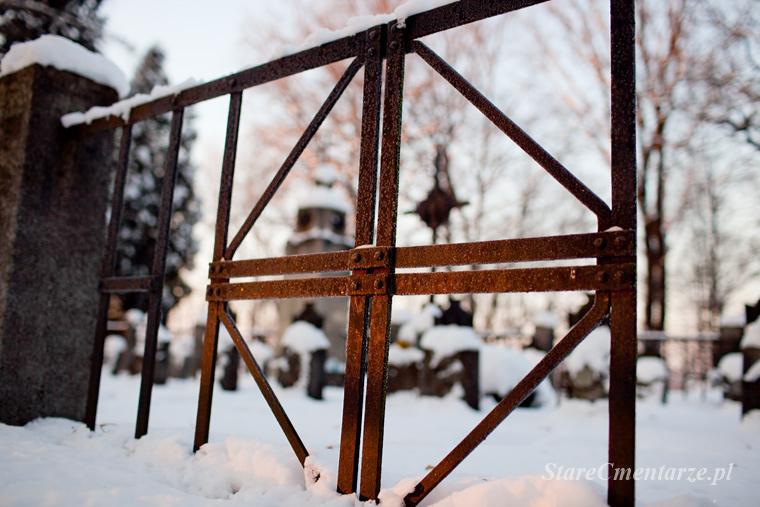fragment ogrodzenia cmentarza